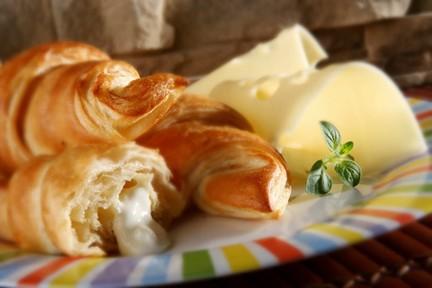 Croissant - sajttal töltött